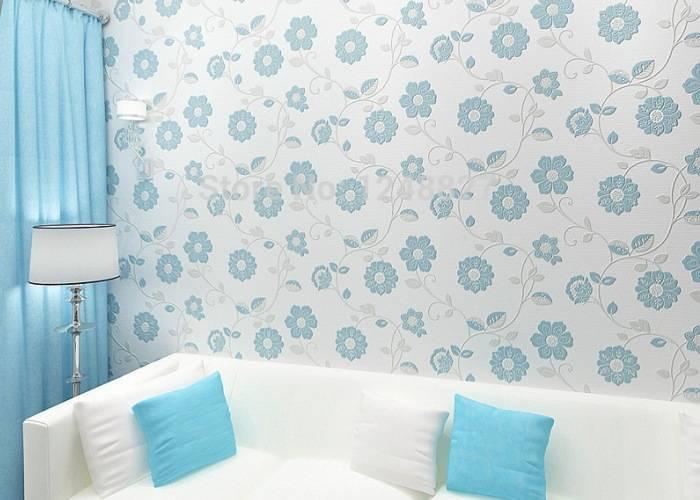 Использование светлых обоев с цветами в комнате