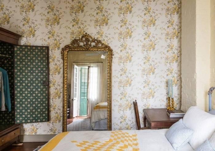 Обои с цветочным рисунком в спальне