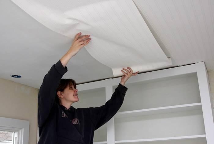 Сложности наклеивания полос обоев на потолок