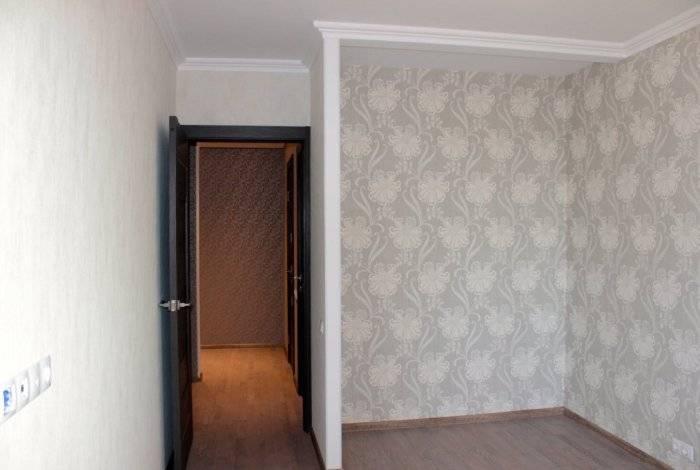 Серое обои в интерьере комнаты