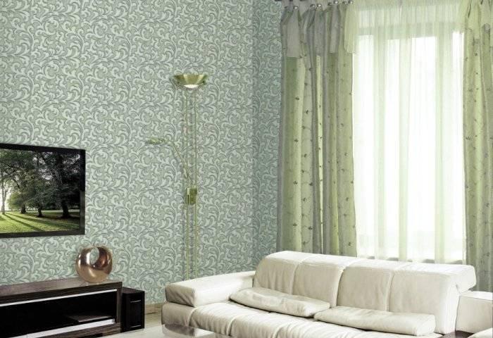 Зеленые обои в гостиной комнате