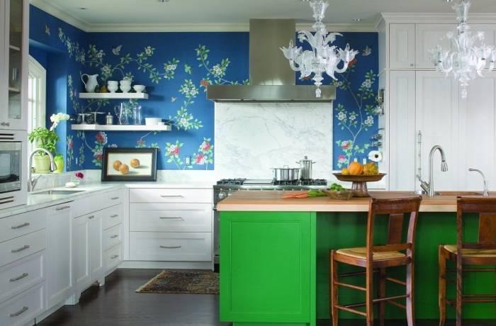 Синие обои с цветами на кухне