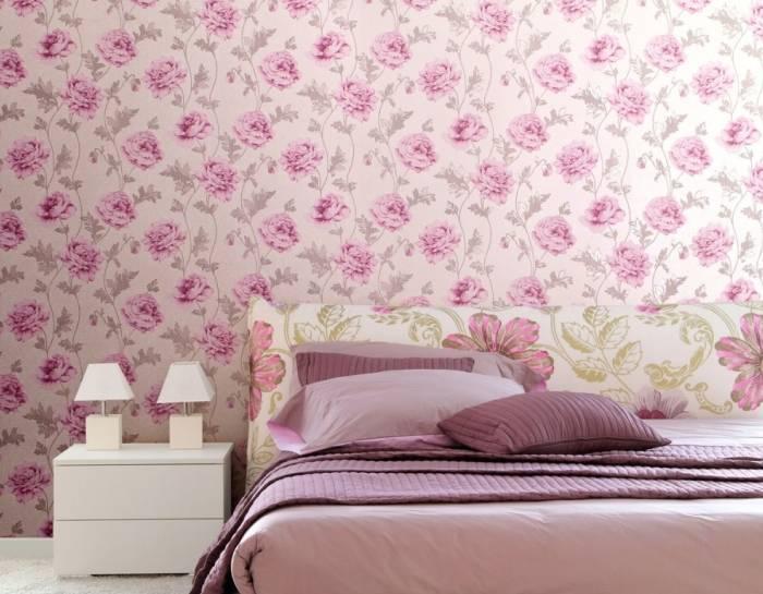 Нежные розовые цветы на обоях в спальне