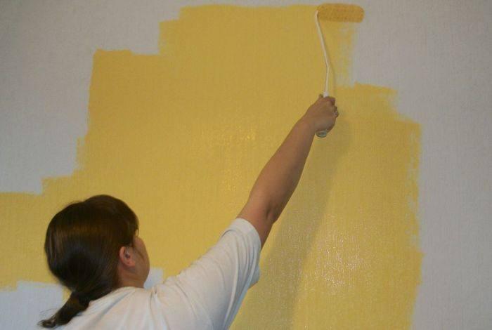Тщательная работа по покраске стены