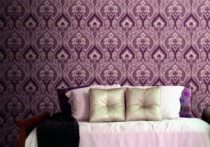 Сильный и насыщенный цвет обоев в спальне
