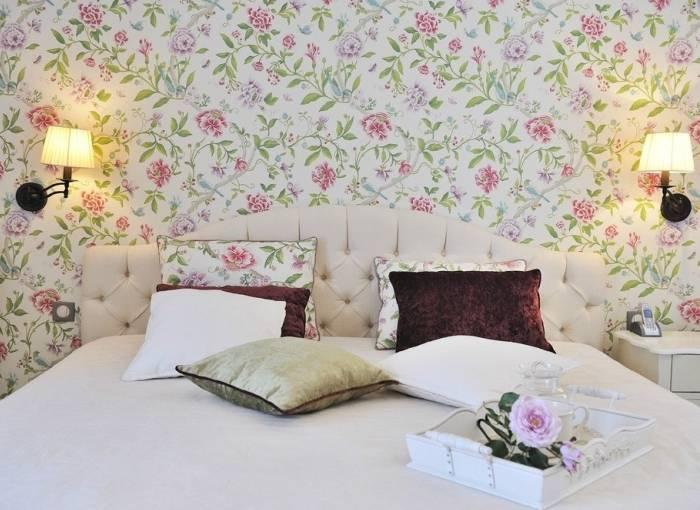 Использование обоев цветочной тематики в спальне