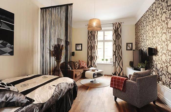 Применение различных обоев в большой спальне