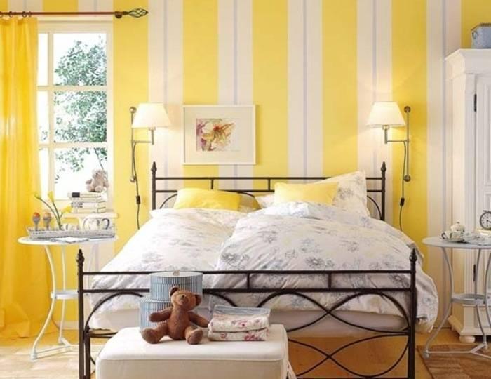 Использование обоев с вертикальной полосой в спальне