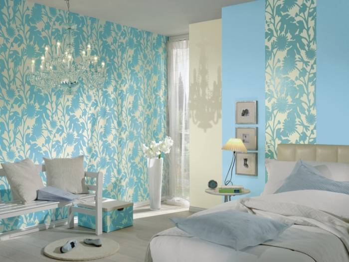 Обои с рисунком цветочной тематики в спальне