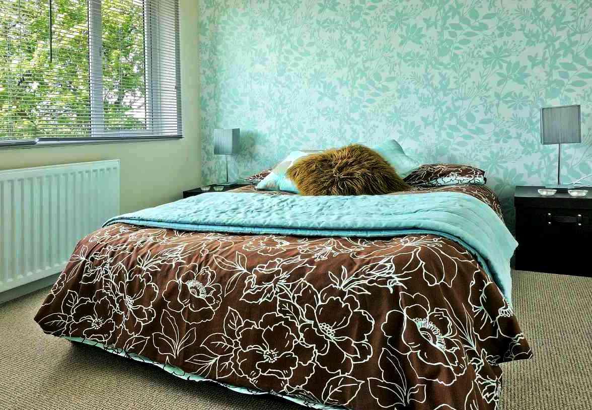 Использование интересных цветов в спальне
