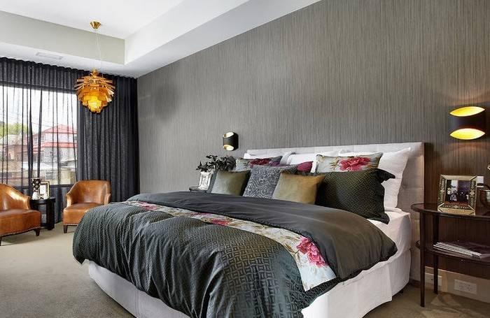 Использование в спальне флизелиновых обоев