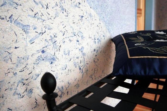 Рельефная стена отделанная декоративной штукатуркой