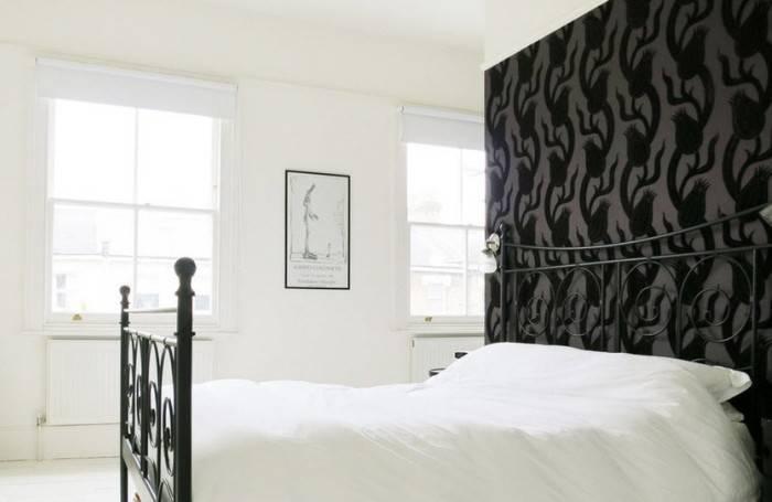 Черные обои на акцентной стене спальни