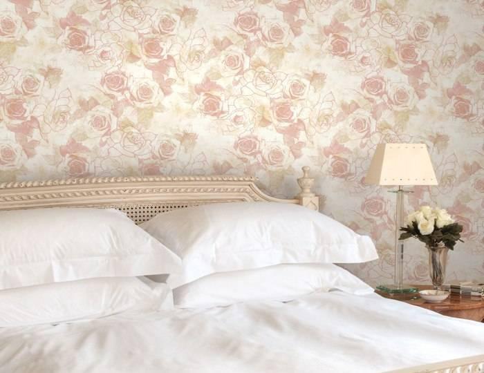 Обои с цветами на стенах спальни