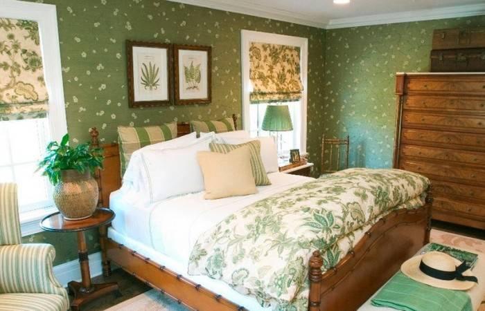 Маленькая уютная спальня с деревянной мебелью
