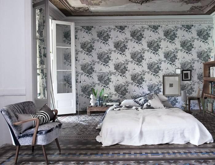 Запутанный интерьер большой спальни