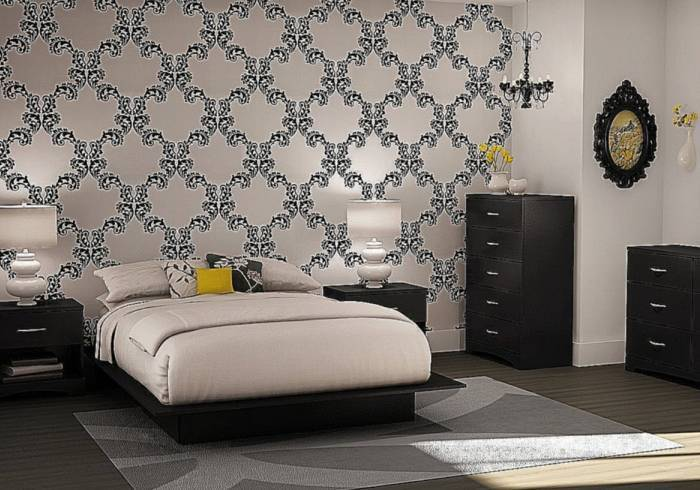Использование в спальне обоев с вензелями