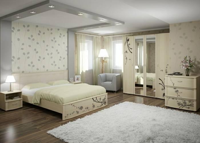 Большая спальня со светлыми обоями