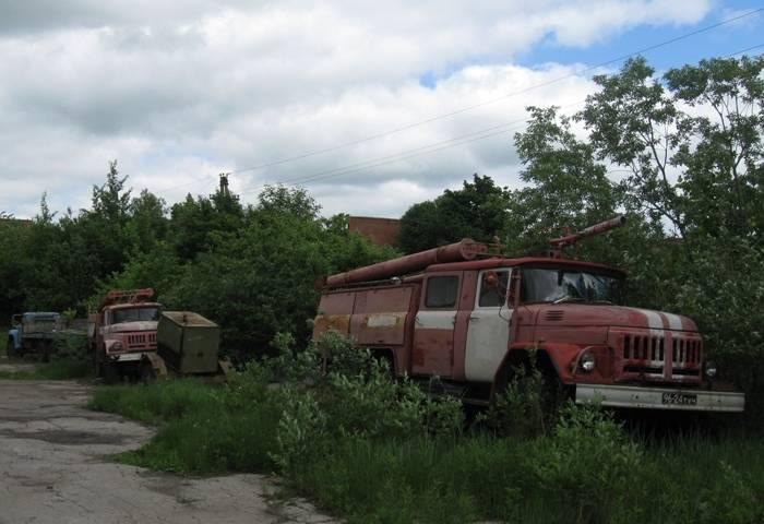 Старые пожарные машины на территории фабрики