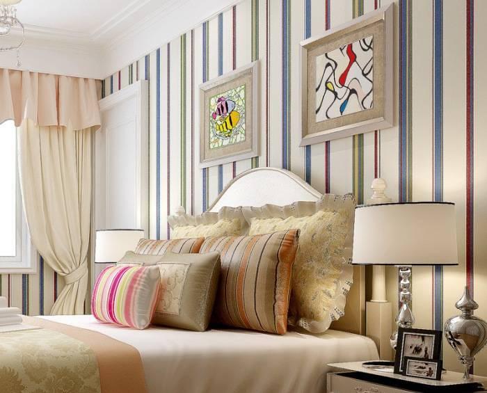 Использование разноцветных полосок на обоях в спальне