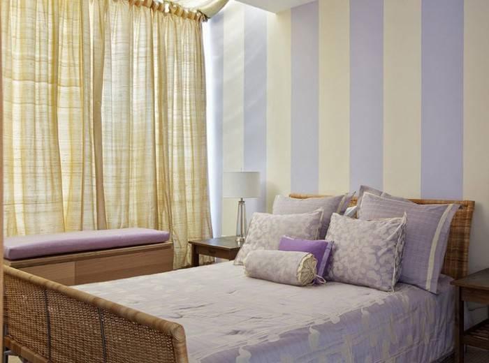 Светлые обои приятного цвета в спальне