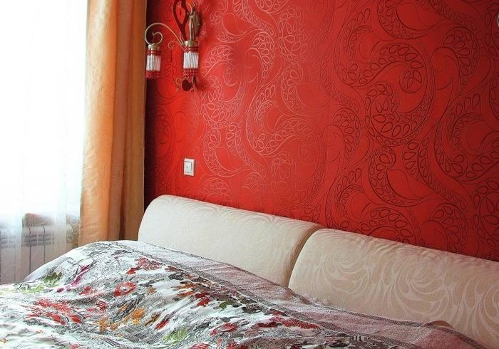 Виниловые обои с флизелиновой подложкой в спальне