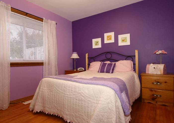 Фиолетовые обои в спальню