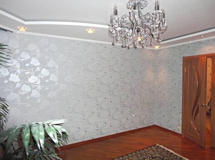 Использование серебристых обоев в гостиной