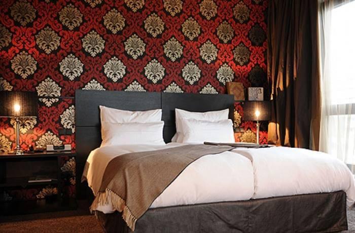 Использование обоев насыщенного цвета в спальне