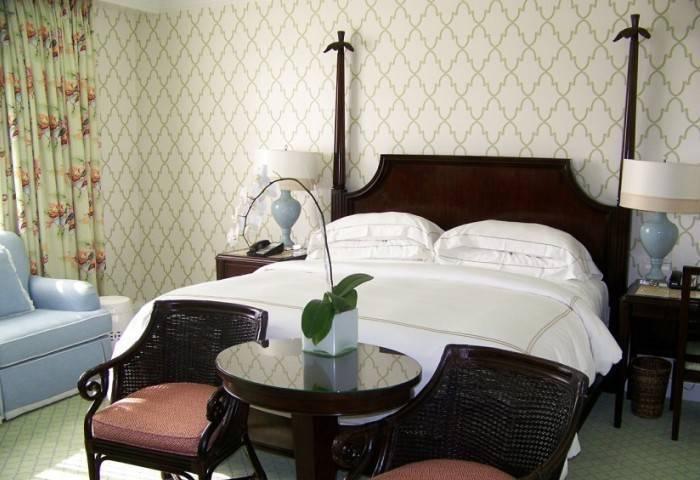 Обои с простым рисунком в спальне