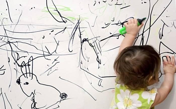Детские рисунки на обоях в комнате