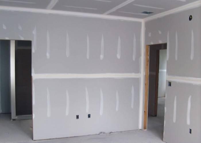 Стены из гипсокартона в небольшом помещении