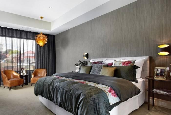 Рельефные обои в спальне