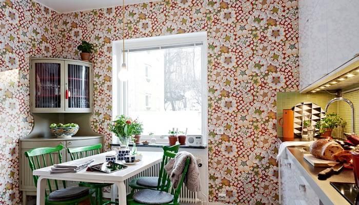 Яркая, бодрящая расцветка кухонных обоев