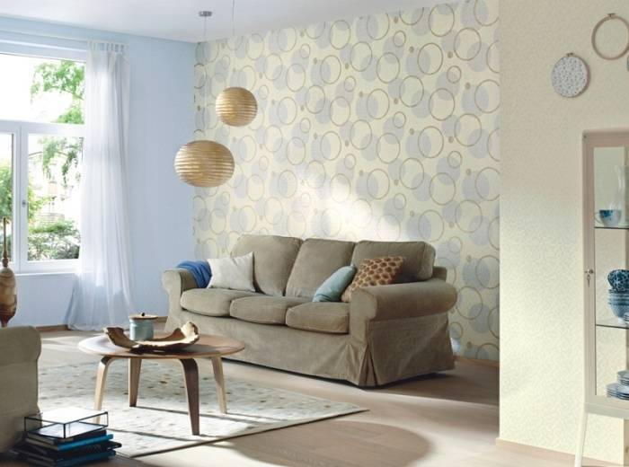 Использование в гостиной обоев с геометрическим рисунком
