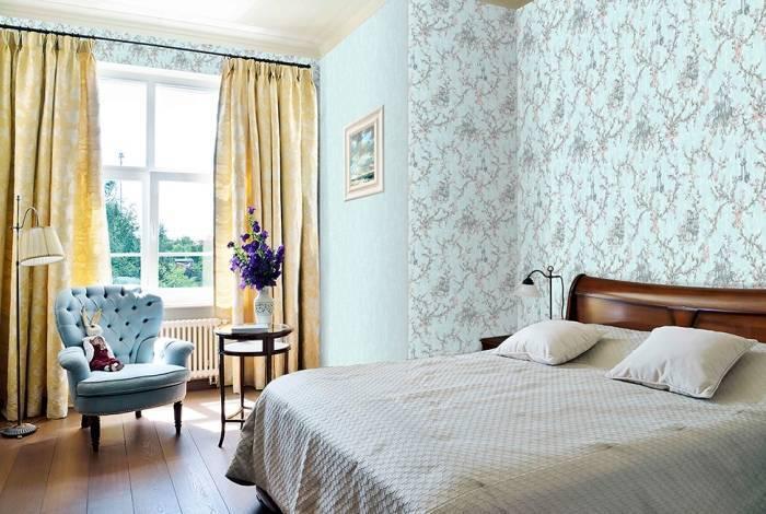 Использование в спальне голубых обоев