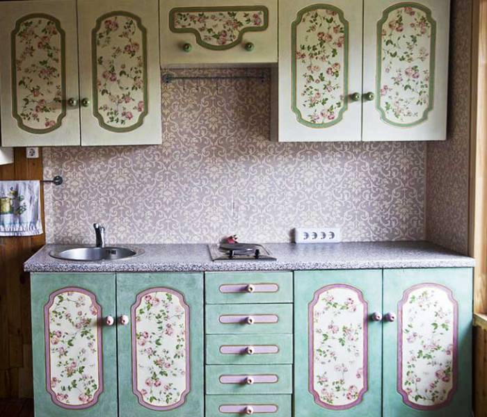 Декорирование мебели на кухне с помощью обоев