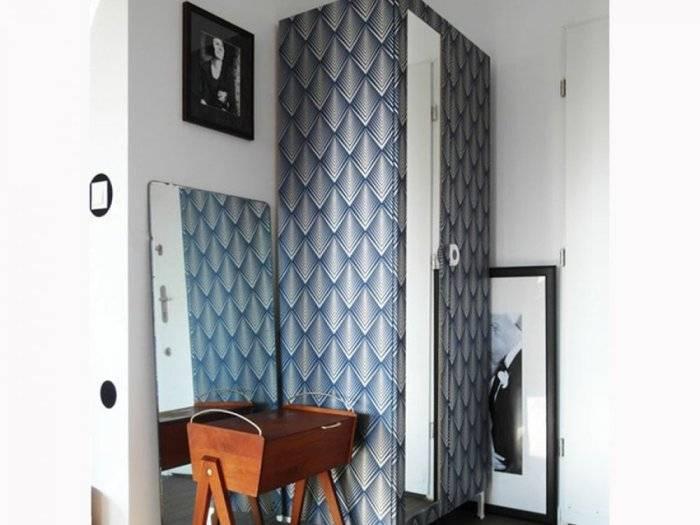 Обклеенный обоями шкаф в комнате