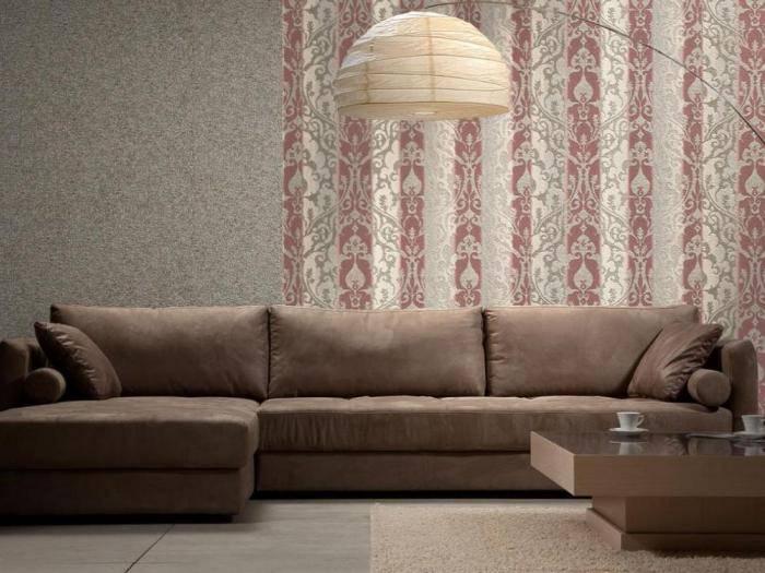 Использование в гостиной фактурных обоев с классическим рисунком