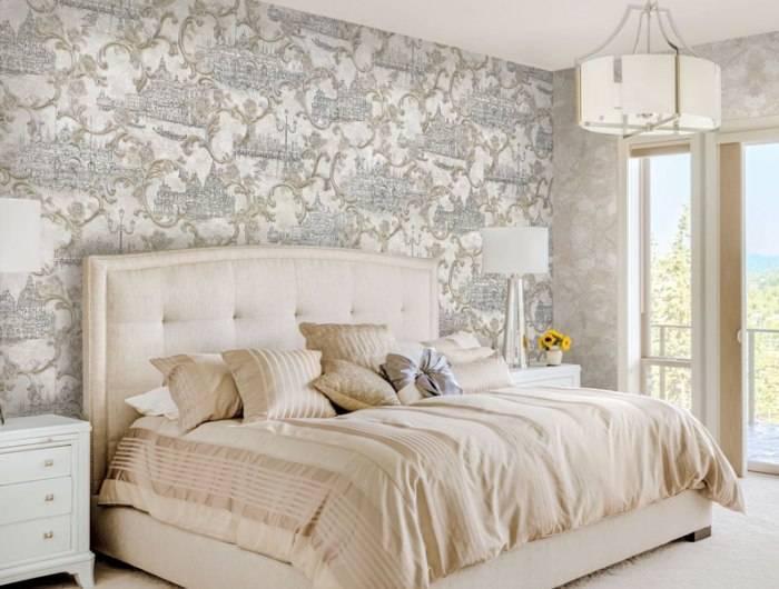 Использование в спальне нежных, светлых обоев