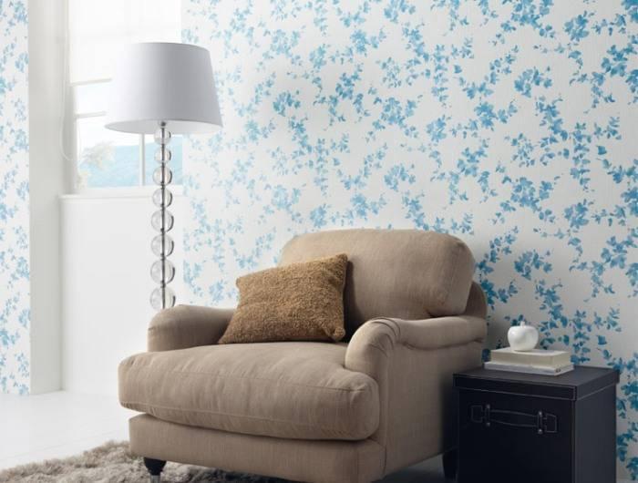 Использование светлых обоев в гостиной комнате