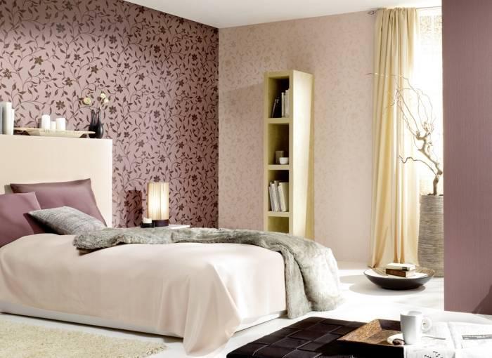 Использование в спальне разных по цвету обоев