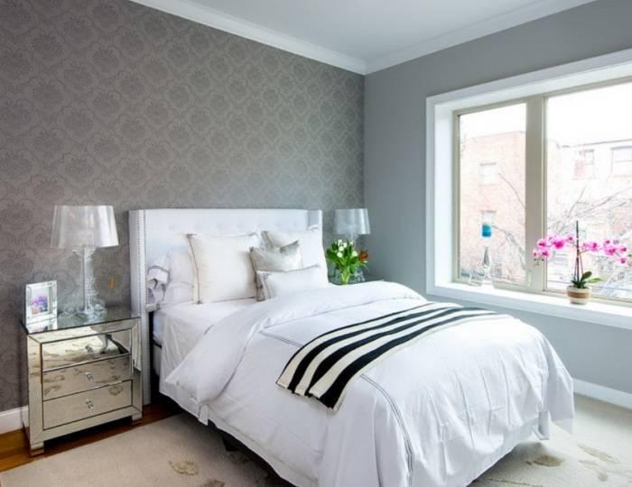 Использование в спальне серых обоев