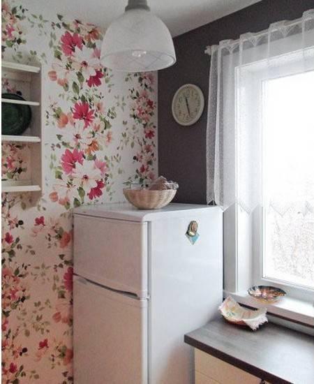 Обои с цветочной тематикой на кухне