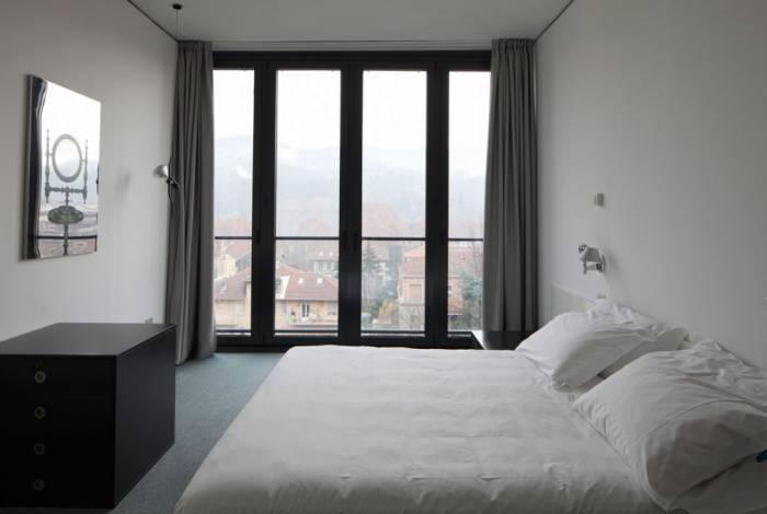 Крепкий и современный стеклопакет в спальне