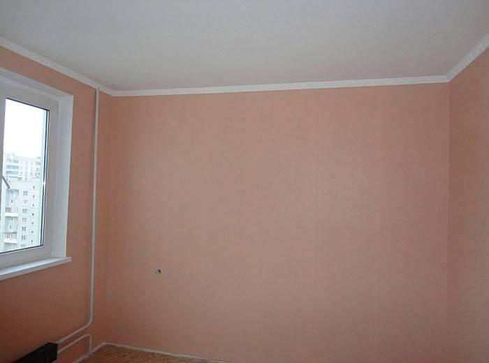 Использование обоев разных цветов для стен и потолка