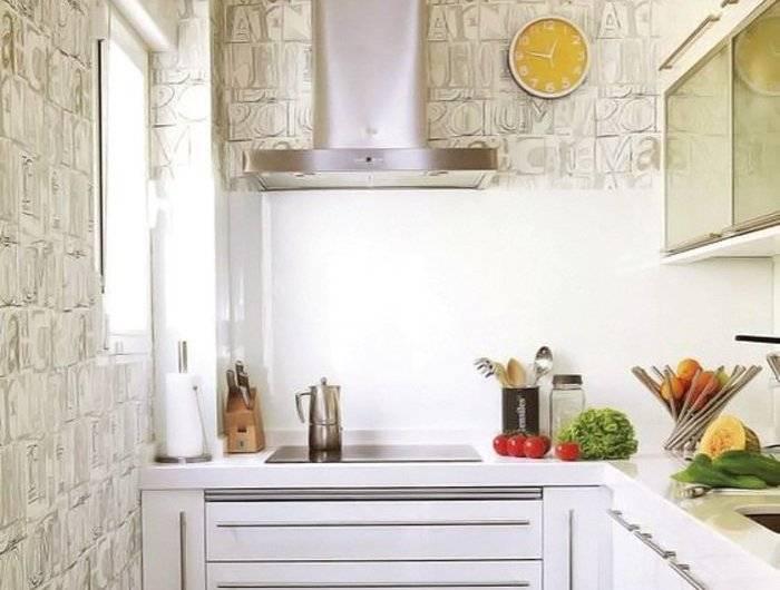 Использование на кухне обоев с буквами