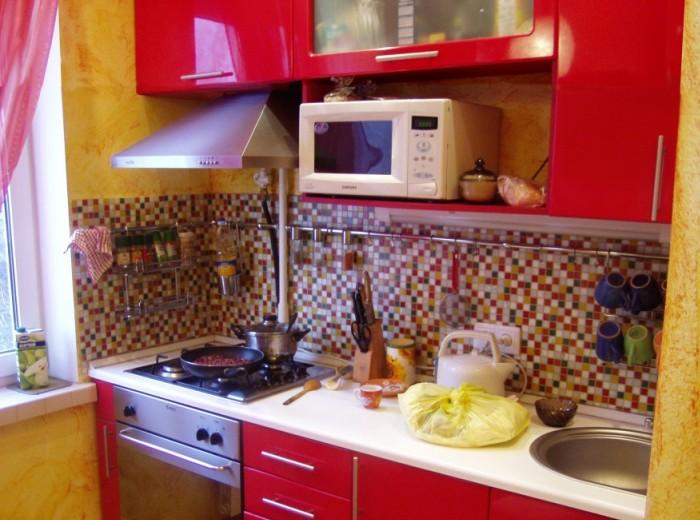 Яркий дизайн небольшой кухни