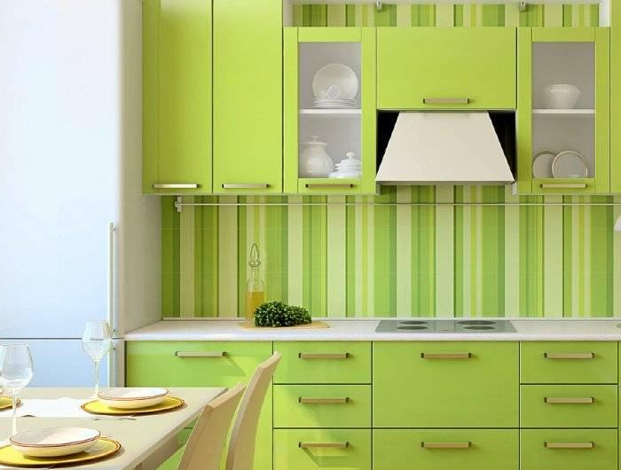 Применение полосатых обоев на кухне
