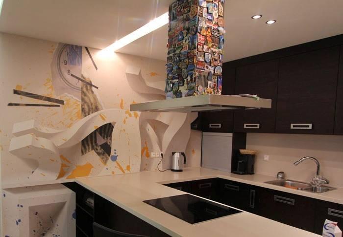 Необычный рисунок на одной из стен кухни